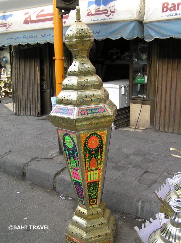 店先に置かれる大きなランプ